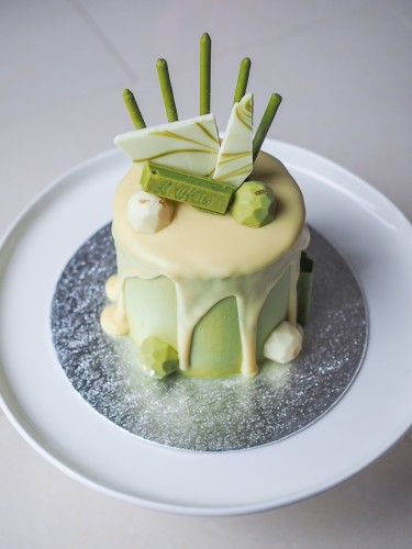 Mini matcha & white chocolate cake